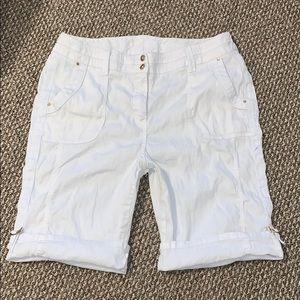 Chico's White Linen Blend Bermuda's